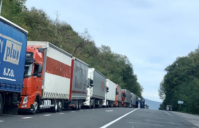 Закарпатська митниця Держмитслужби інформує, що з 29 серпня п.р. перед пунктом пропуску «Ужгород – Вишнє Нємецьке», що на українсько-словацькому кордоні, спостерігається значне накопичення вантажівок.