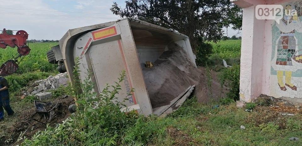 На місці жахливої автотрощі, яка сталася учора на Мукачівщині, працює поліція.
