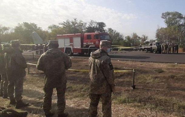 Міністр оборони заперечує інформацію про те, що у літака відмовив лівий двигун. За його словами, літак зачепився крилом за землю, після чого впав.