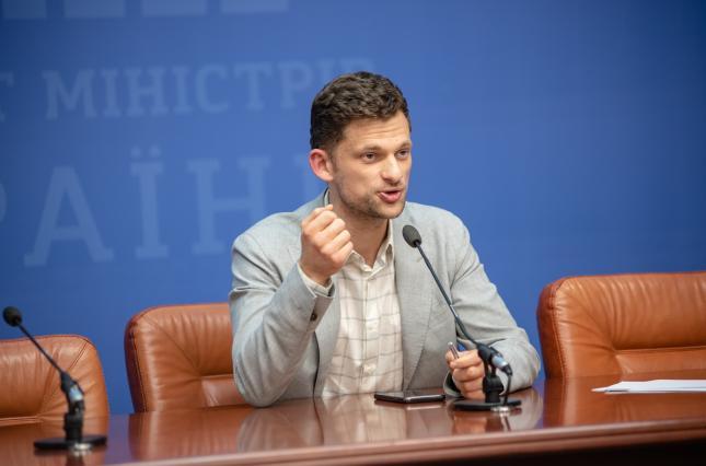 Кабінет міністрів вирішив скоротити майже 18 449 позицій у районних державних адміністраціях. Про це у Telegram повідомив міністр Кабміну Дмитро Дубілет.