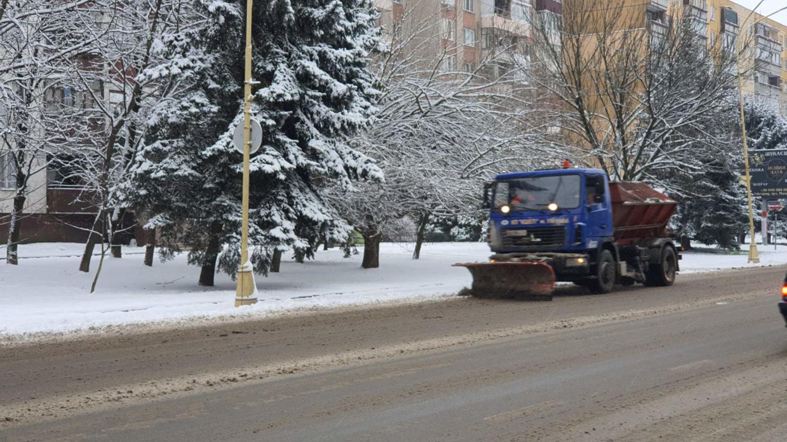 Постоянный запрос водителям в Ужгороде: не оставляйте припаркованные автомобили на обочине улиц, потому что коммунальная техника не может должным образом убрать снег.
