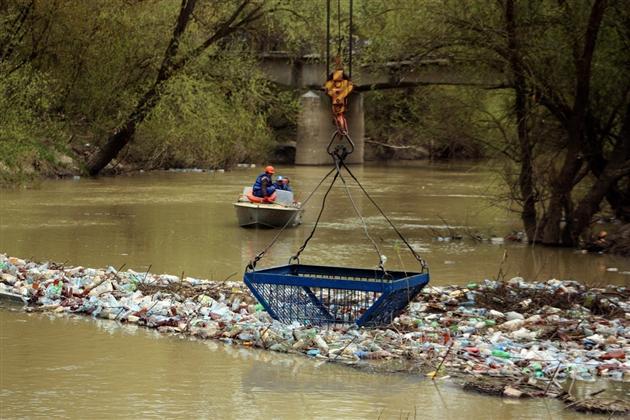 Двадцять п'ять тисяч пляшок. Приблизно така кількість пластикової тари пропливає однією закарпатською річкою протягом паводкової хвилі.