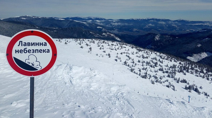 У зв'язку зі снігопадами та хуртовинами протягом 30-31 січня у Закарпатській та Івано-Франківській областях очiкується значна снiголавинна небезпека.