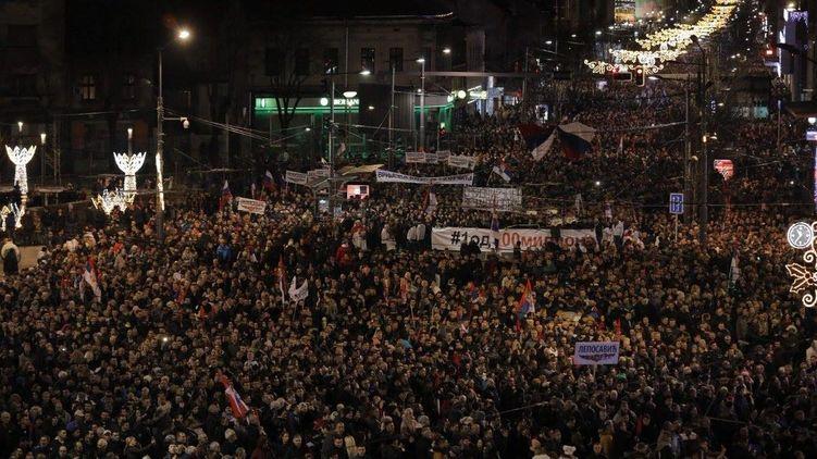 Сербію днями відвідав Володимир Путін - тут не вщухають вже майже півтора місяця антиурядові протести.