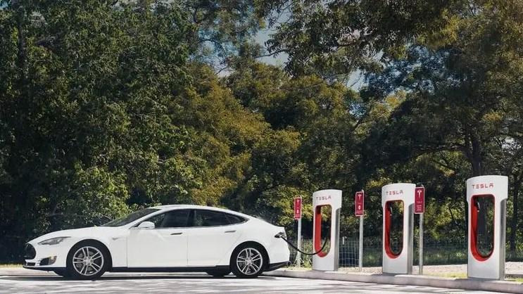 Європа спонукатиме пересідати на електромобілі широким набором стимулів. У Україні ж пропонують просто заборонити машини з двигуном внутрішнього згорання.