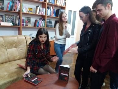Присутні на зустрічі ознайомилися з її книгою та зробити фото на згадку.