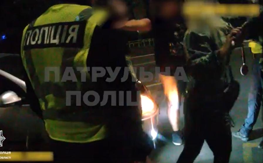 Це трапилося вчора на проспекті Свободи, в Ужгороді. Близько 21-ї години поліцейські зупинили авто Volkswagen за порушення ПДР.