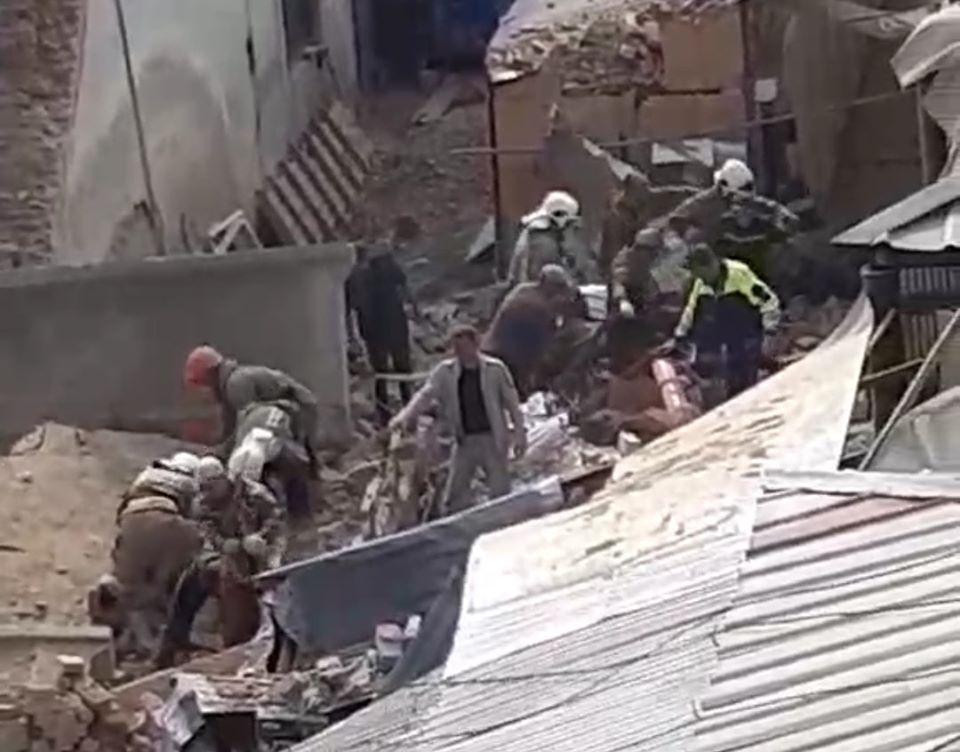 Як уже повідомляв Голос Карпат, у Виноградові стався обвал стіни будівлі в центрі міста — на місці працюють рятувальники.